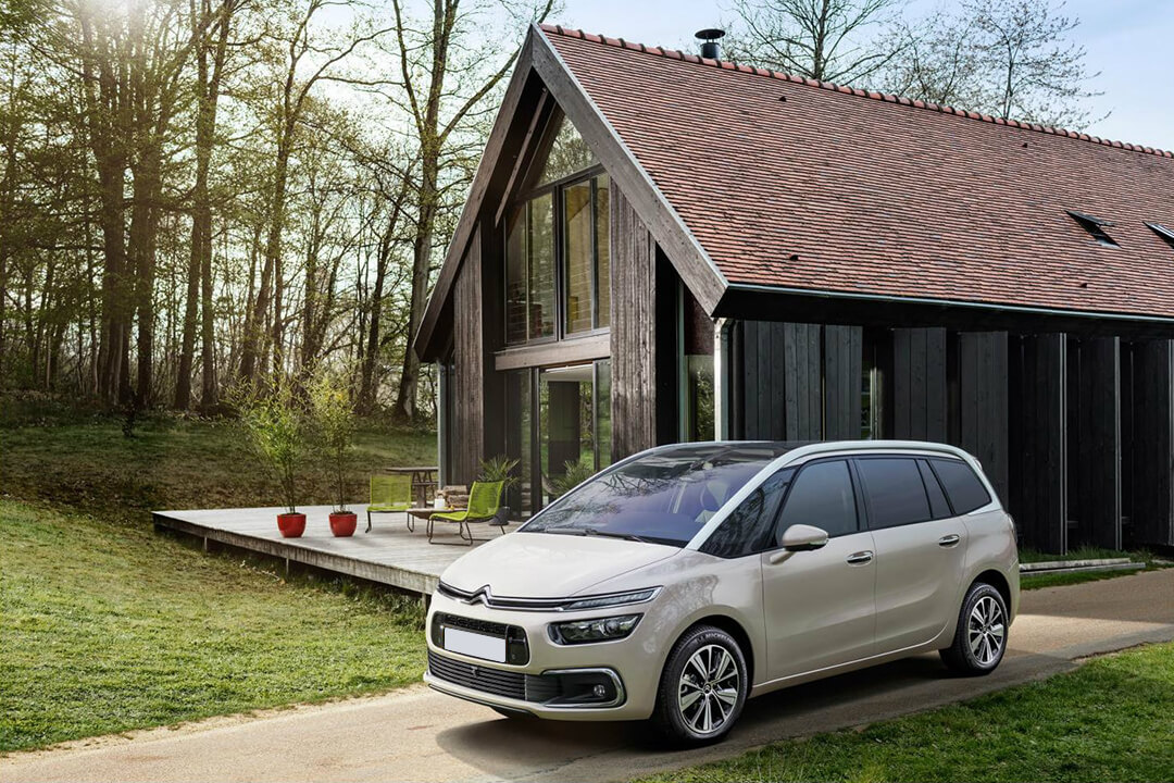 citroen-grand-c4-spacetourer-framför-ett-hus