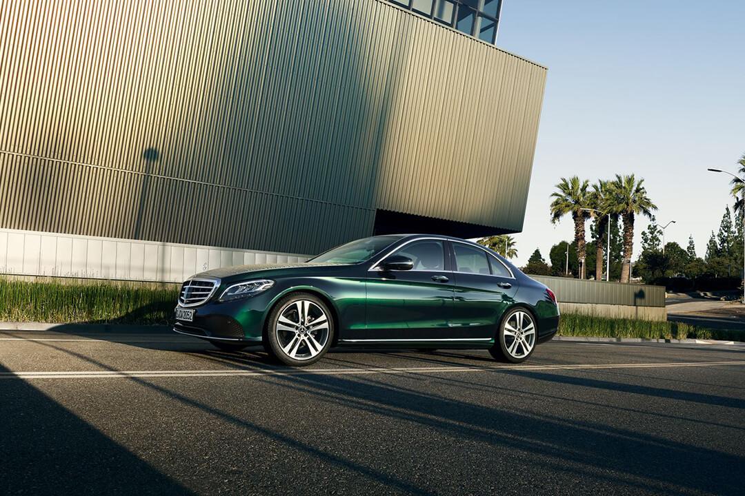 en-smaragdgrön-mercedes-c200-sedan-2018-i-profil