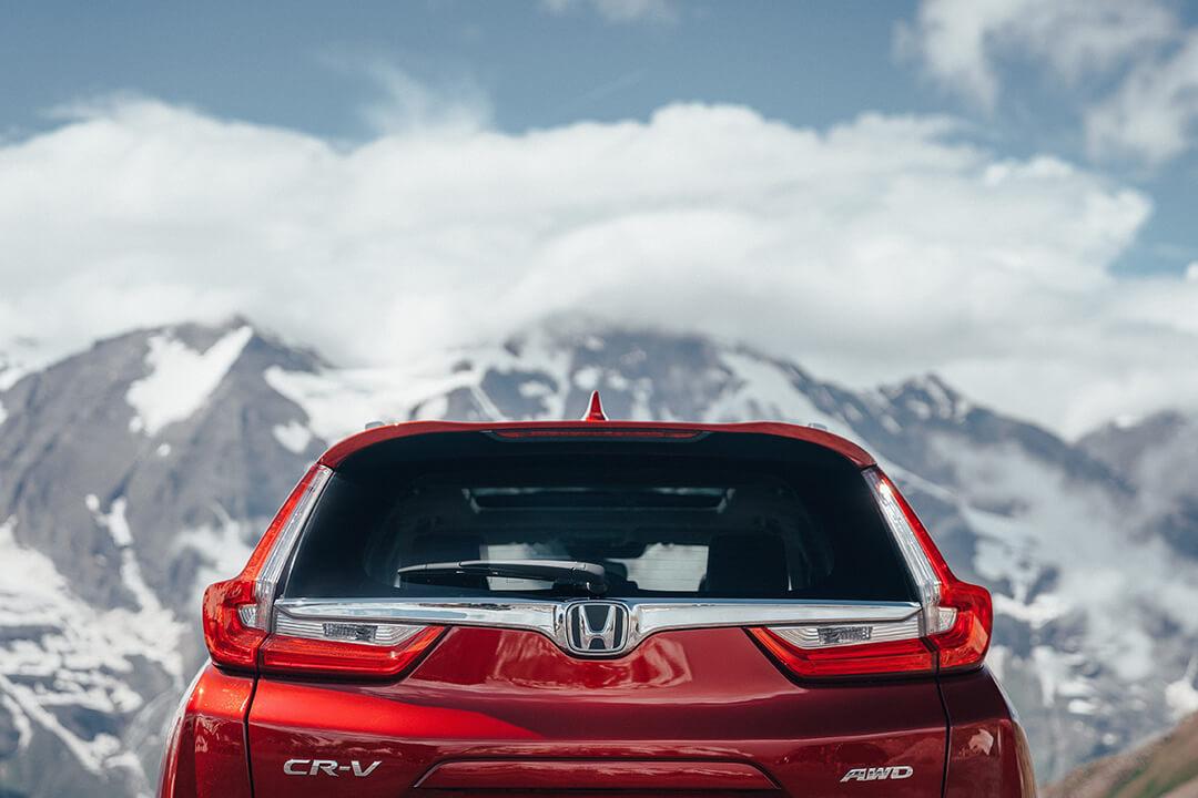 Honda-cr-v-med-berg-i-bakgrunden