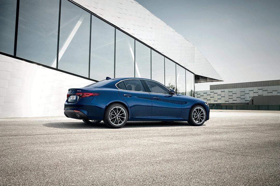 blå-alfa-romeo-Giulia-parkerad