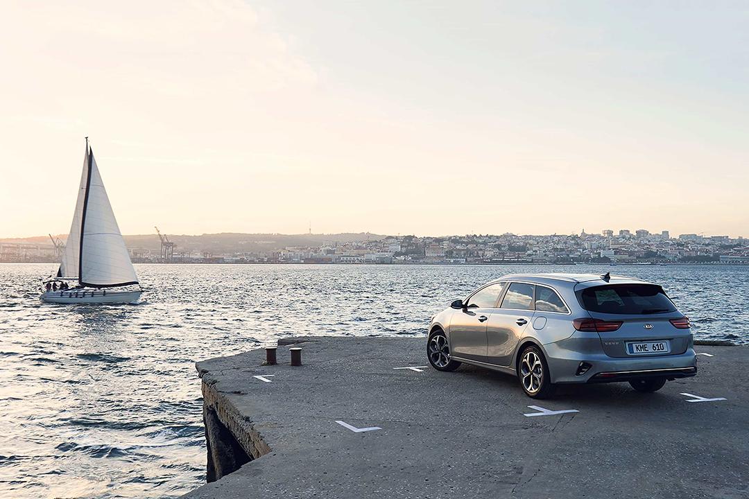 kia-ceed-sportswagon-parkerad-i-hamnen-vid-havet