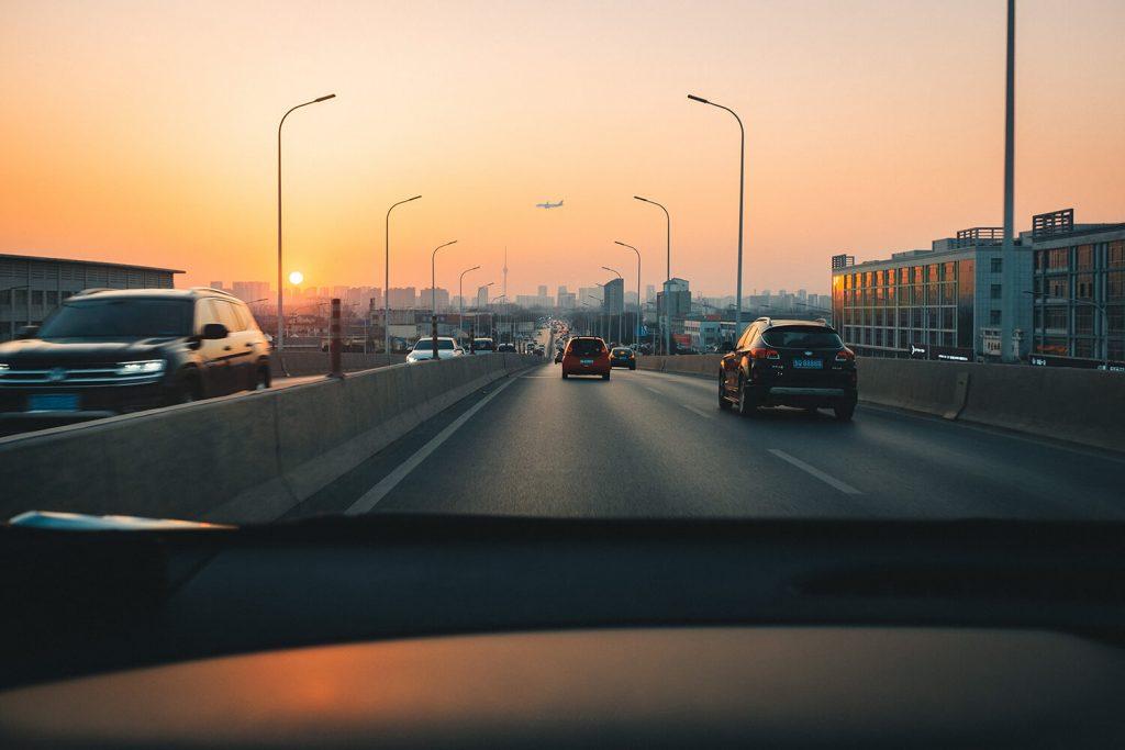 bil-i-europa-kör-mot-solnedgång