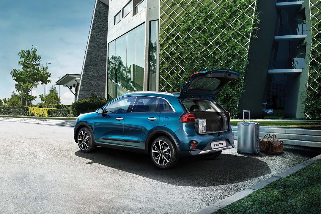 kia-niro-hybrid-med-bagageluckan-öppen