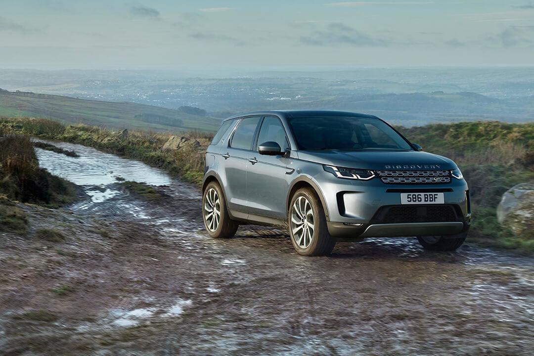 land-rover-discovery-sport-parkerad-i-lera