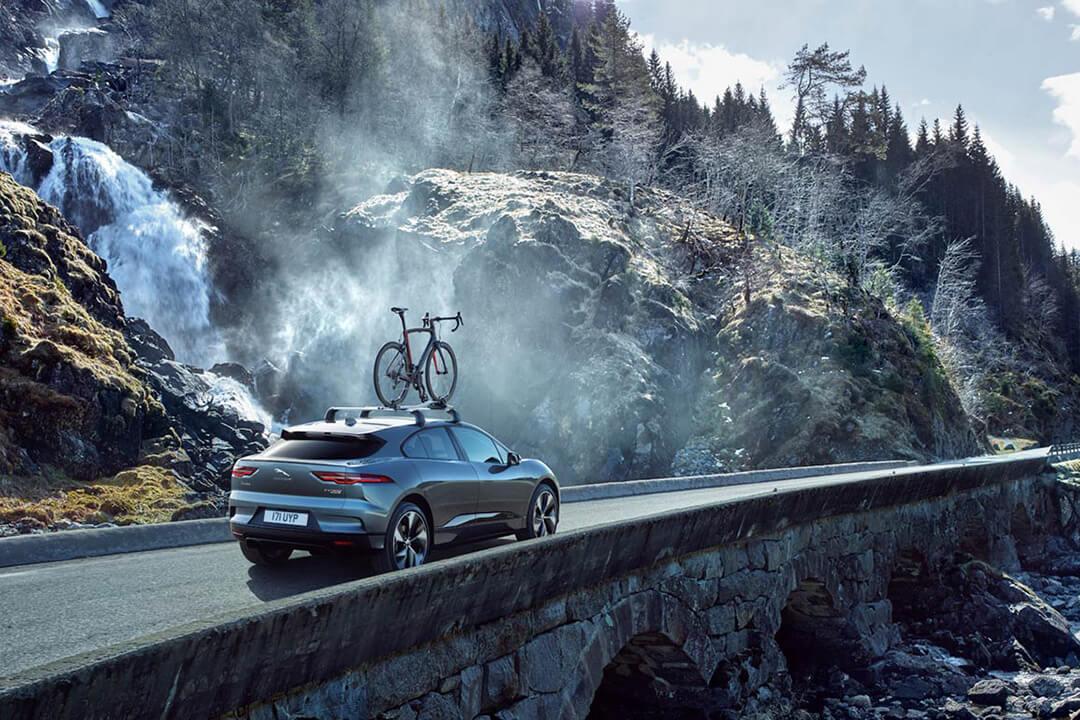 jaguar-I-Pace-kör-förbi-ett-vattenfall
