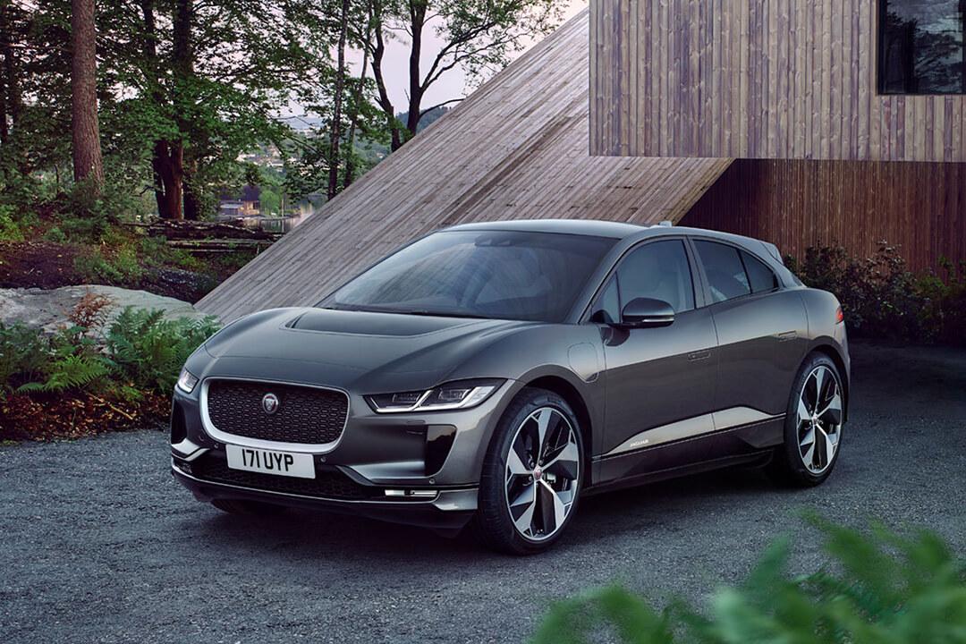 jaguar-I-Pace-parkerad-vid-ett-hus
