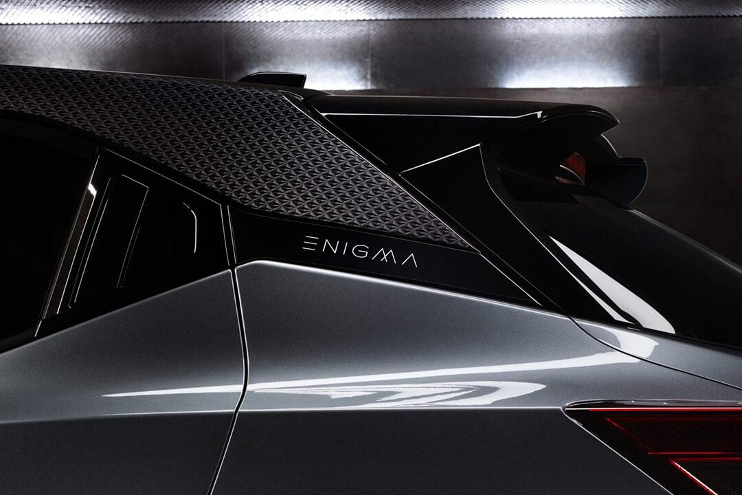 nissan-juke-enigma-emblem-vid-biltak