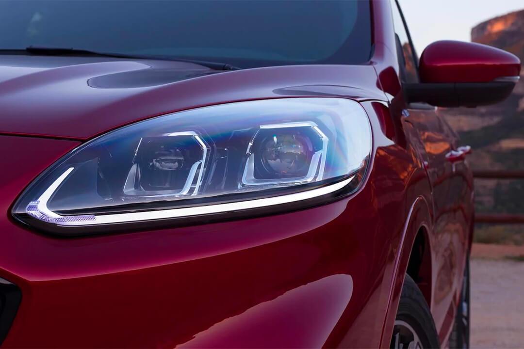 ford-kuga-st-line-x-hybrid-strålkastare
