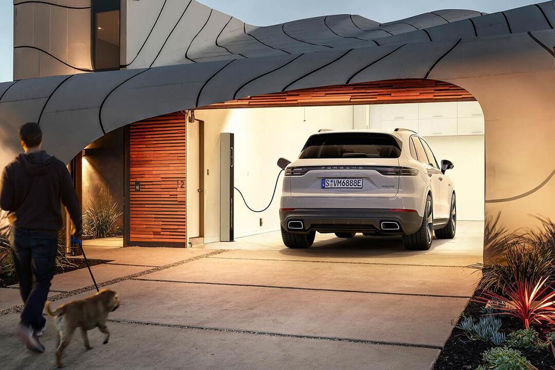 porsche-cayenne-e-hybrid-laddar-i-ett-garage