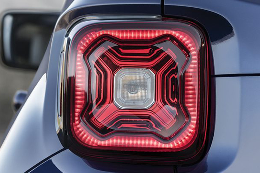 en-blå-jeep-renegade-2019-baklampa
