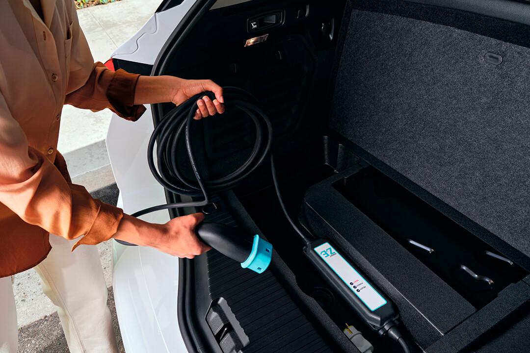 renault-captur-e-tech-hybrid-laddkabel-i-bagageluckan