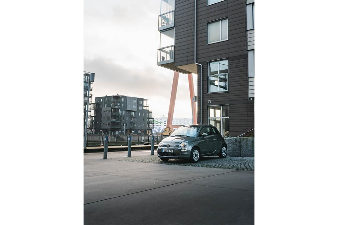 fiat-500-hybrid-parkerad-i-eriksberg-bredvid-lägenhet