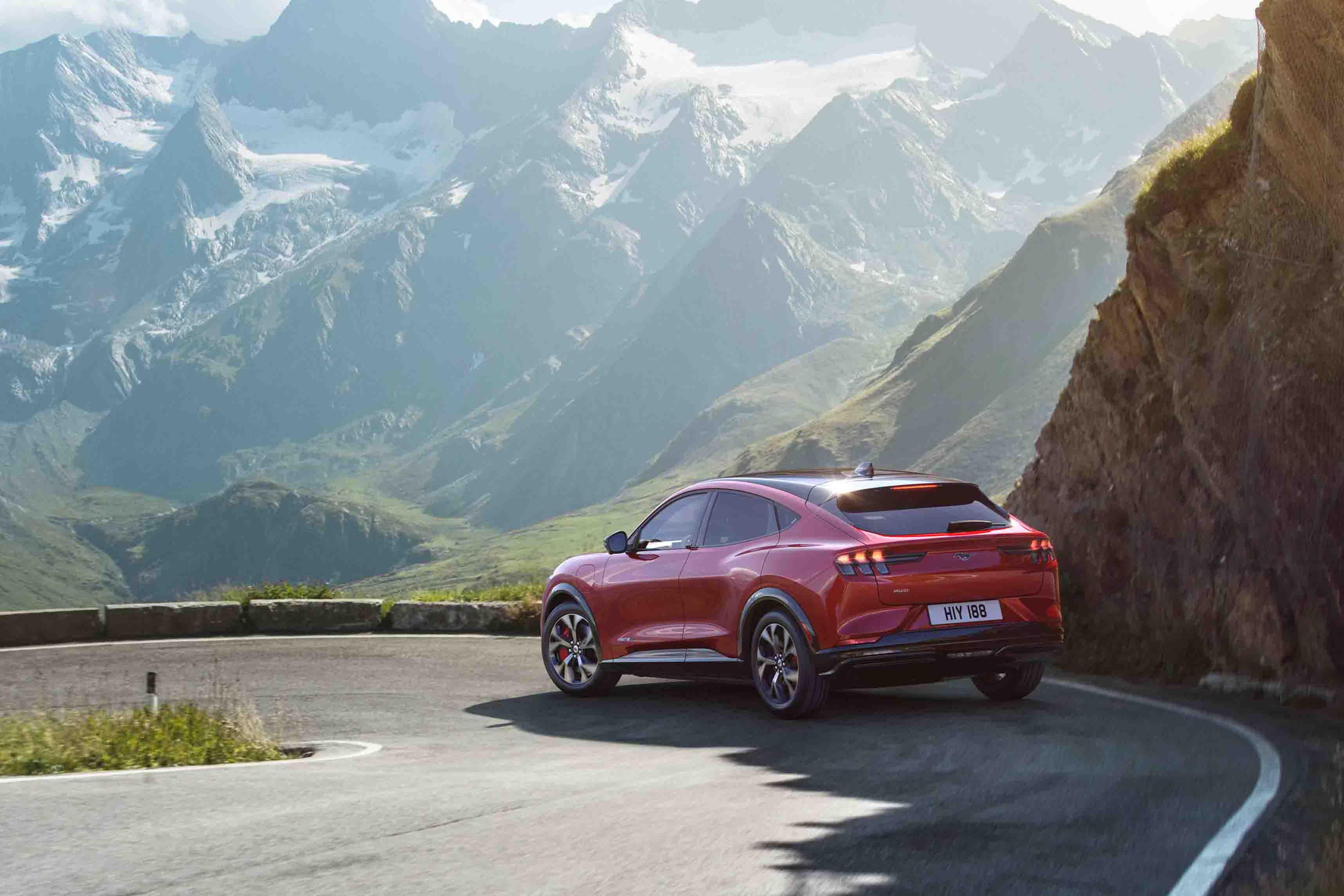 All-Electric-Ford-Mustang-Mach-E-kör-på-vägen