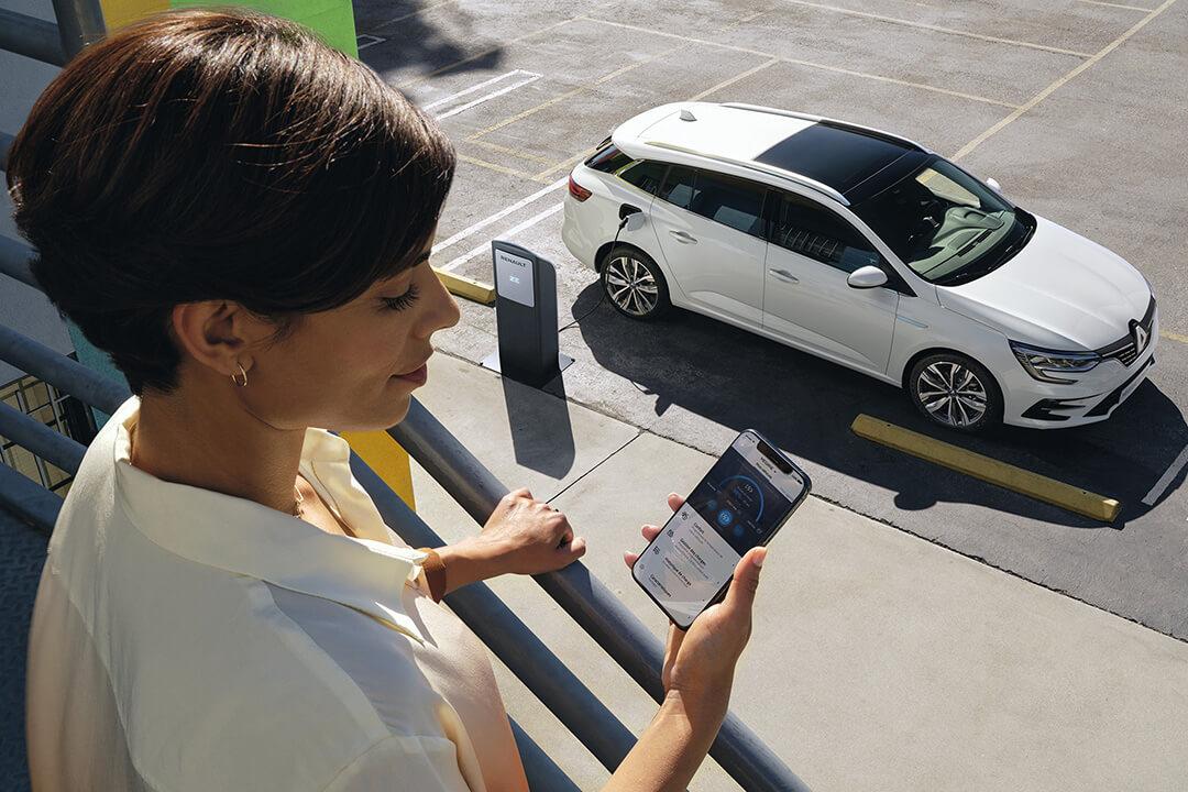 kvinna-laddar-bilen-med-telefonen